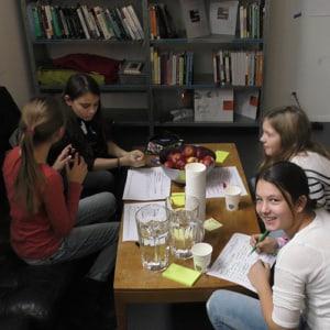 Auf welche App hat die Schweiz gewartet? Die Mädchen diskutieren am Zukunftstag.