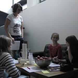 Unterstützt von Nadia sammelten die Mädchen am Zukunftstag Ideen
